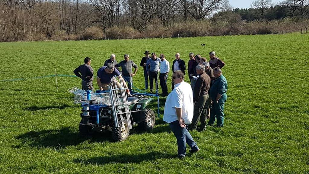 Pose de clôture électrique avec quad en démonstration dans le Loiret le 22 mars, procure un gain de temps tout en permettant une bonne qualité de mise en place.
