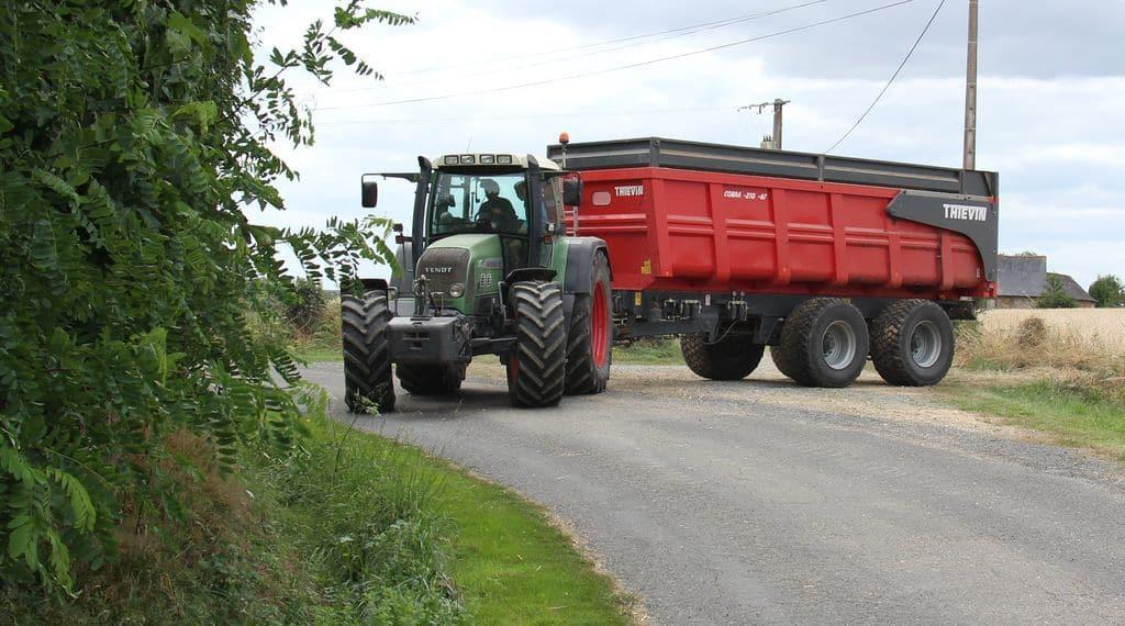 Charges de mécanisation : Un ensemble tracteur remorque tout ce qu'il y a de plus courant sur le fermes, c'est déjà une charge économique.