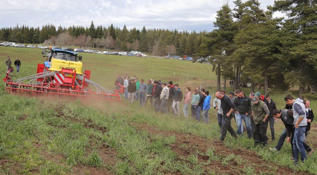 En Lozère, une démonstration de matériels de sursemis pour améliorer le potentiel des prairies.