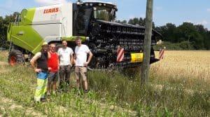 Le groupe réuni pour la mise en route de la batteuse hybride