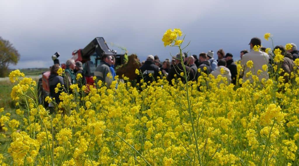 La réunion bout de champ a mobilisé un public attentif autour des couverts et des outils.