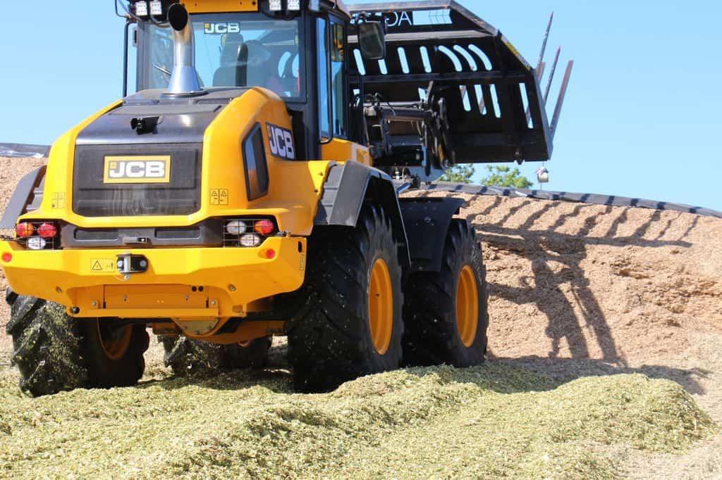 Chargeuse JCB en action lors d'un chantier de récolte de maïs fourrager