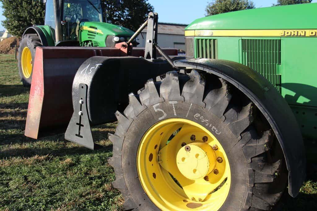 tracteur équipé pour tasser un silo de maïs