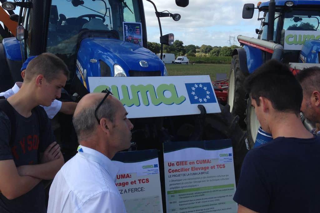 Intervention de l'agriculteur auprès d'étudiants devant un matériel