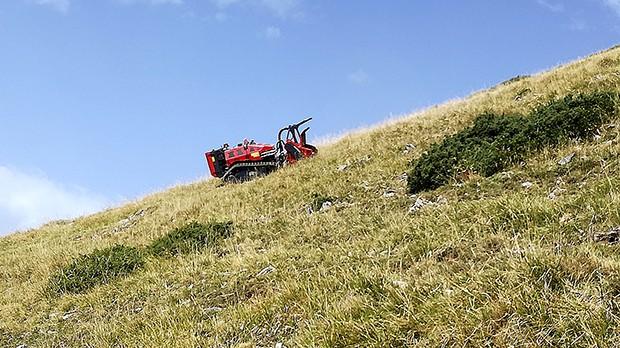 Friches agricoles, robot-broyeur à la cuma de Fos.