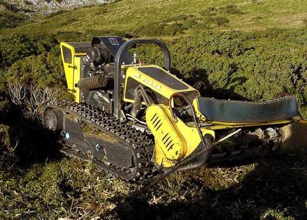 Friches agricoles, robot-broyeur de la cuma de Fos.