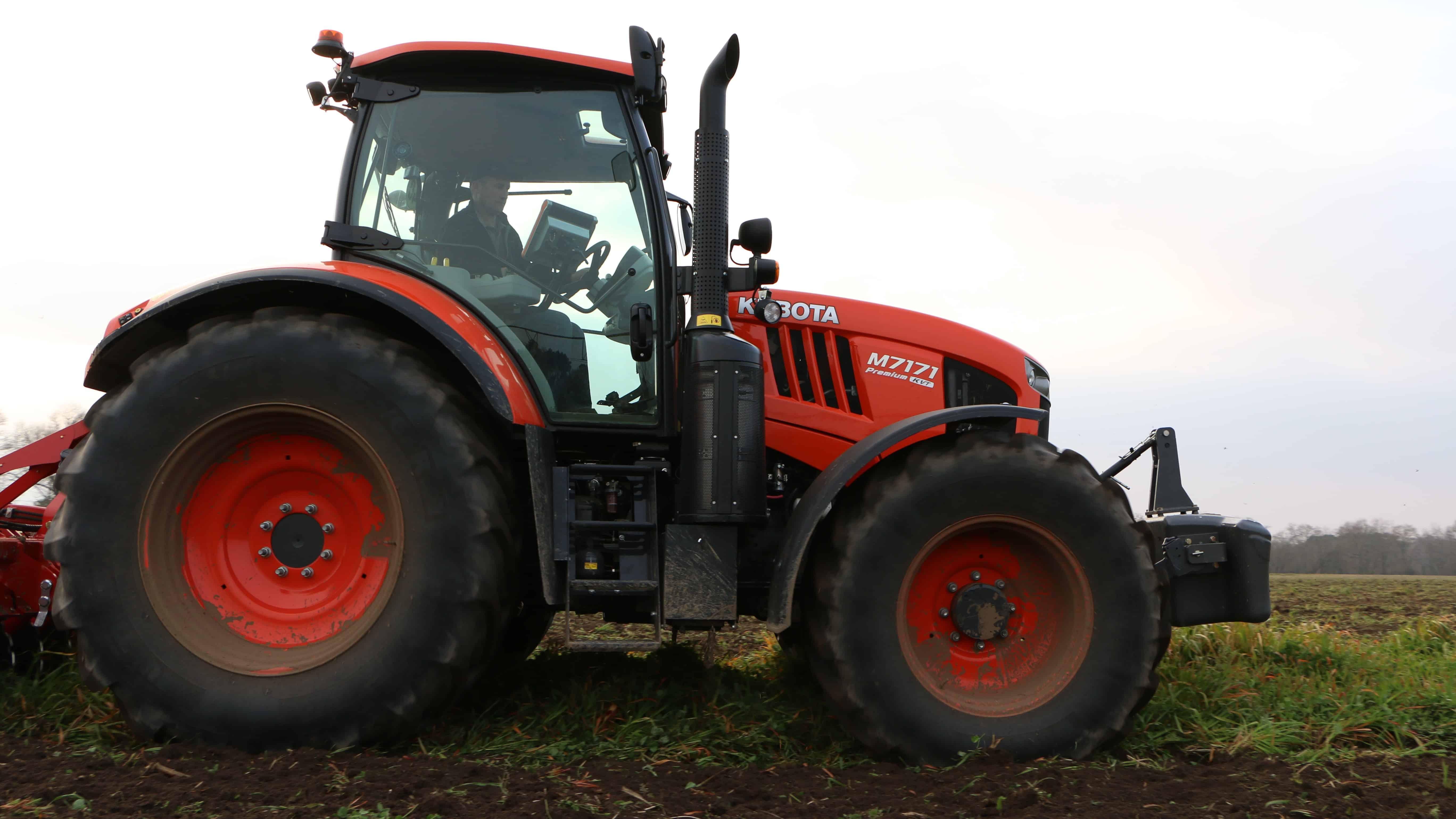 tracteur kubota au champ travail du sol