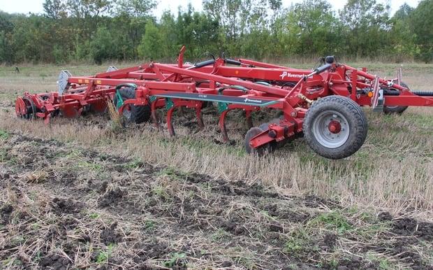 photo mystère motte de terre cultivateur kverneland