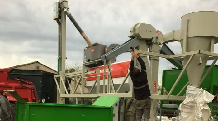 Tri de graines avec l'outil mobile de la cuma départementale en Vendée