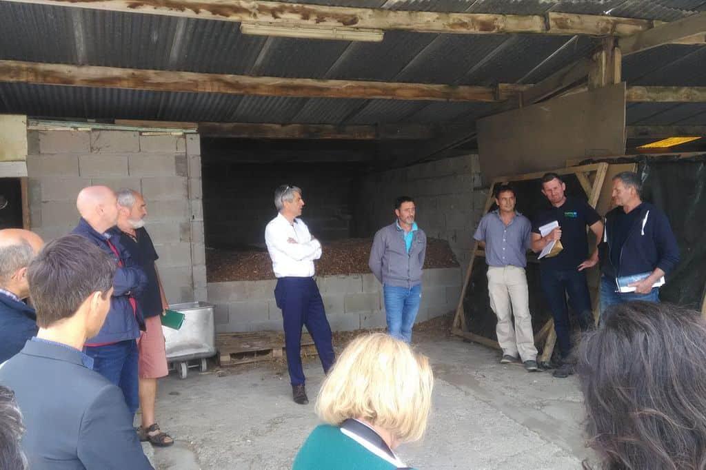 Visite officielle dans une ferme chauffée au bois plaquette