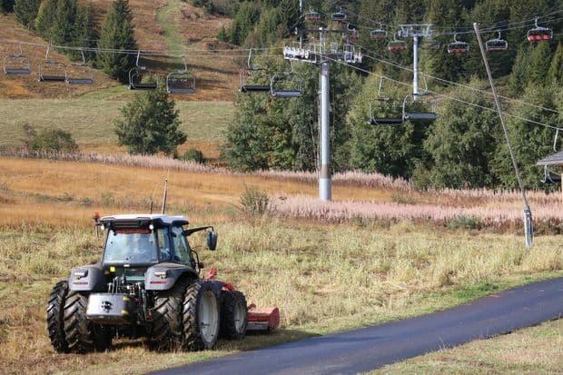 Entretien des pistes de la staion de ski des saisies, adhérente à la cuma du Beaufortain pour l'activité tracteur.