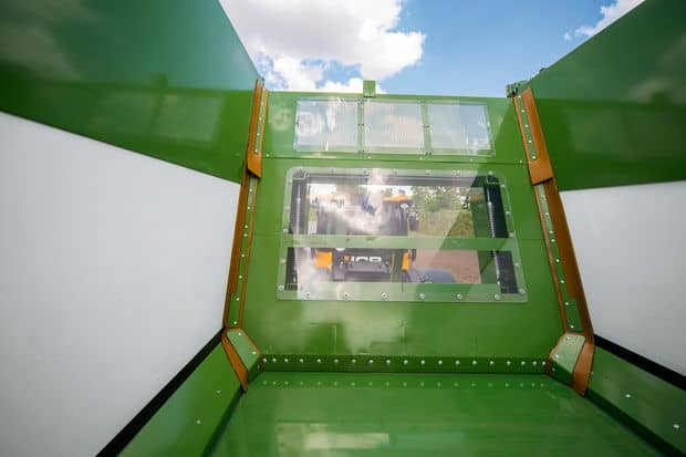 Bonne visibilité lors du déchargement et du chargement avec le fond avant transparent